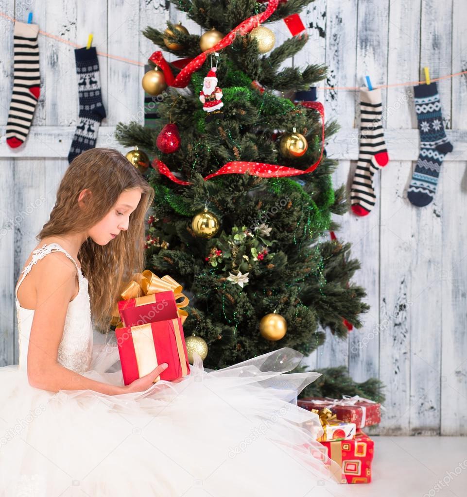 Teenager-Mädchen-Eröffnung Weihnachtsgeschenk — Stockfoto ...