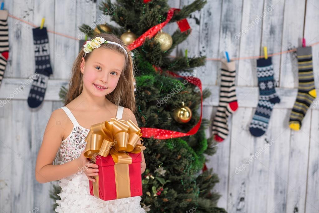 Teenager-Mädchen hält Weihnachtsgeschenk — Stockfoto ...