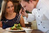 Šéfkuchař zdobení salát