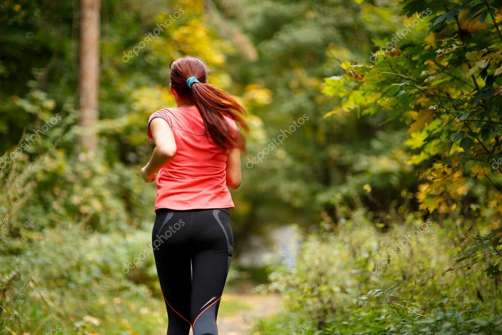 Фотообои спортивный женщина работает в лесу