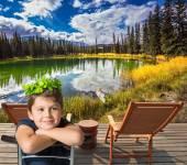 Fotografie Charmante junge sitzt auf See, Kanada