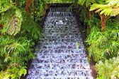 Malebné kaskádové vodopád