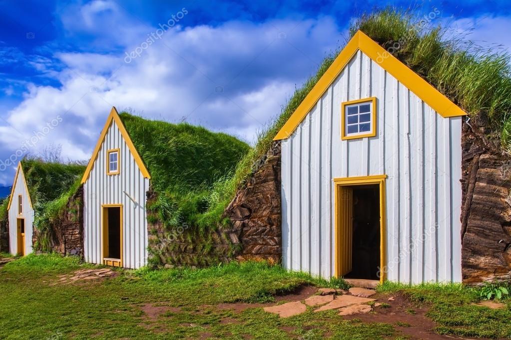 Casas son cubiertas por el césped y la hierba — Foto de stock ...