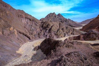 Walking road to Pillars of Amram