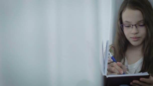Девушка красиво пишет ручкой