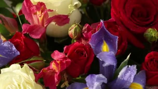 Gyönyörű csokor Rózsa, írisz és alstroemeria forog.