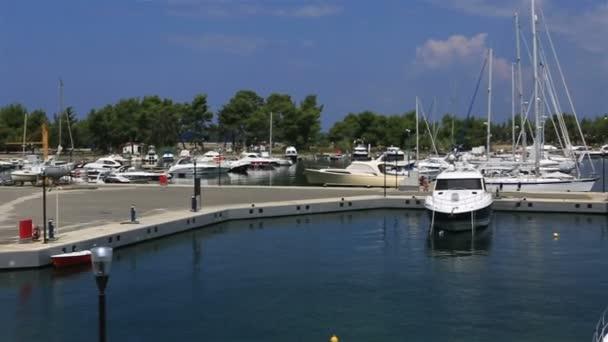 Panorama z lodí v soukromé přístaviště. Porto Carras Grand Resort. Severní Řecko.