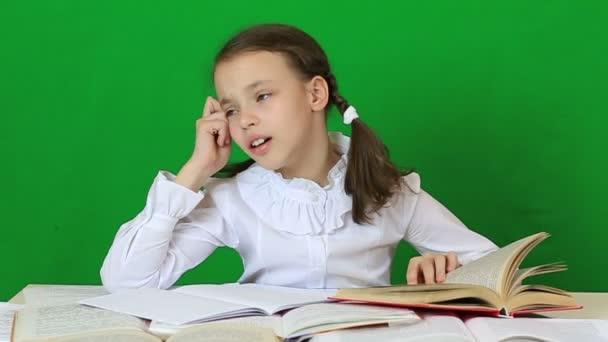 Emoční holčička řeší velmi obtížný úkol.