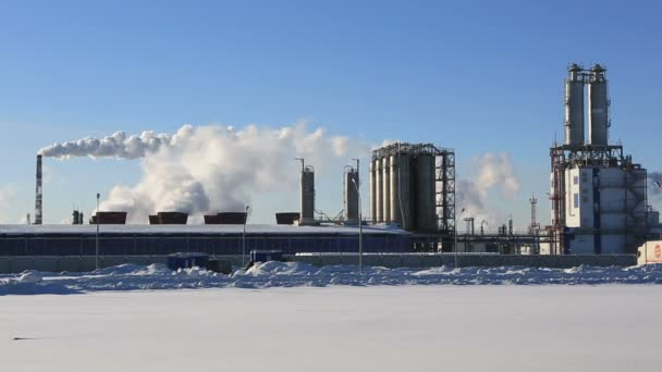 Továrna, kouř a modrá obloha v zimě ráno