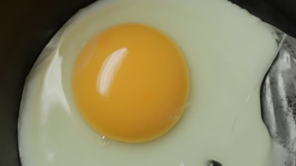 sült tojás serpenyőben.