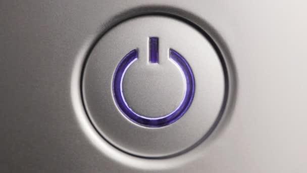 Stiskněte tlačítko napájení. Zblízka.
