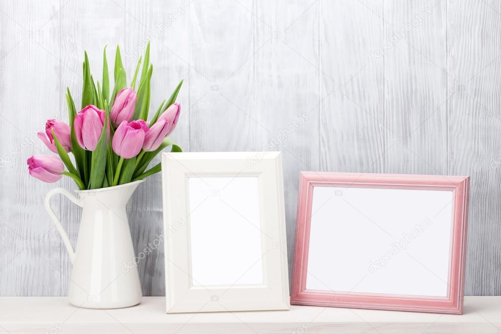 Tulipanes rosa fresco bouquet y foto marcos — Foto de stock ...
