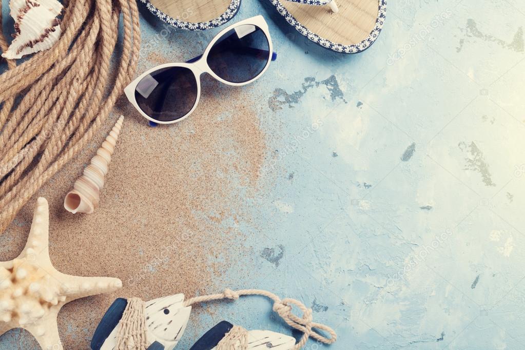 0518d179f3fa0 Plaj aksesuarları. Güneş gözlüğü, parmak arası terlik ve deniz kabukları  taş zemin üzerine. Üstten Görünüm kopya alanı ile. Sunny tonda — karandaev  - ...