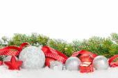 Vánoční ozdoby a červenou stuhou s sníh jedle