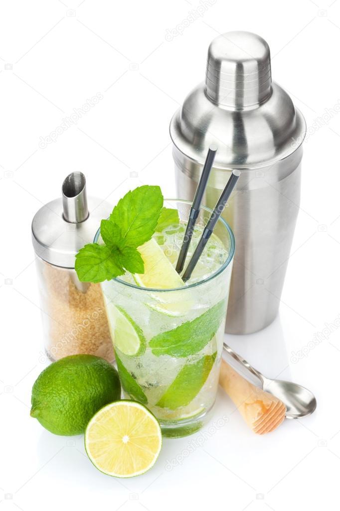 Cóctel fresco mojito y utensilios de bar — Foto de stock © karandaev ...
