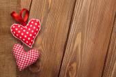 Valentinky den pozadí s ručně vyráběné hračky srdce