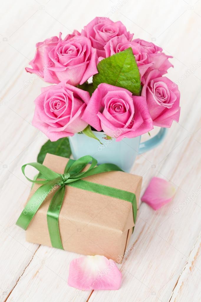 Valentinstag Rosa Rosen Blumenstrauss Und Geschenk Box Stockfoto