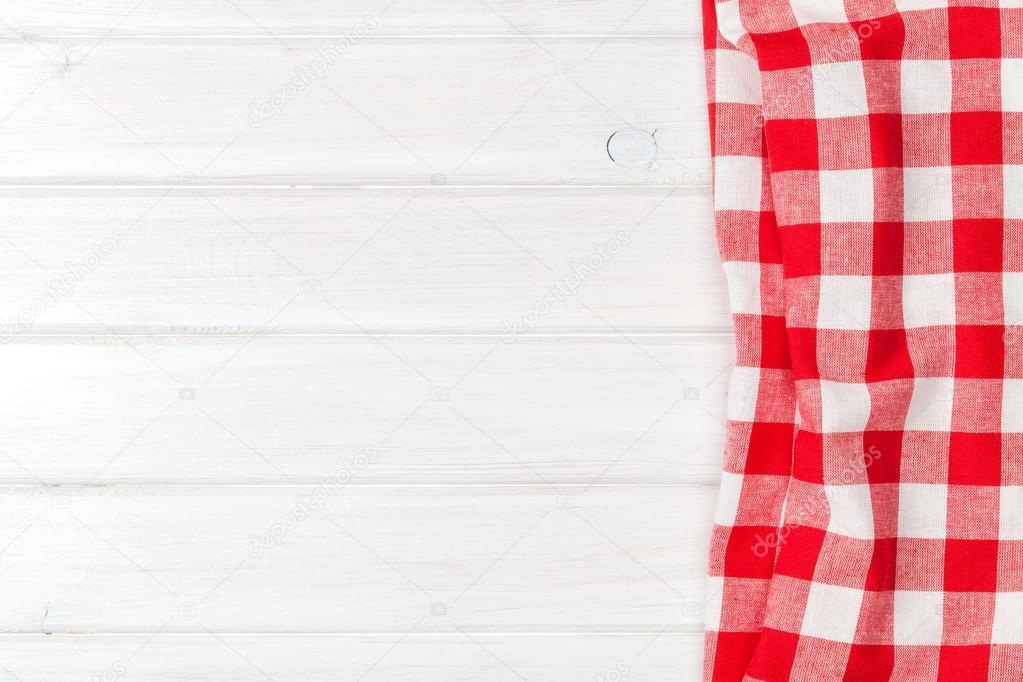 Toalla roja sobre la mesa de cocina de madera — Foto de stock ...