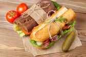 Dva sendviče s salát, šunka, sýr