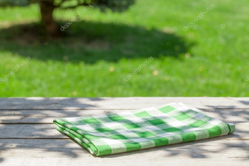 Leere Aus Holz Gartentisch Mit Tischdecke Stockfoto C Karandaev