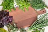 Čerstvé zahradní byliny na dřevěný stůl