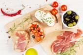 Bruschetta se sýrem, rajčaty a prosciuttem