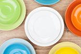 barevné talíře a talířky