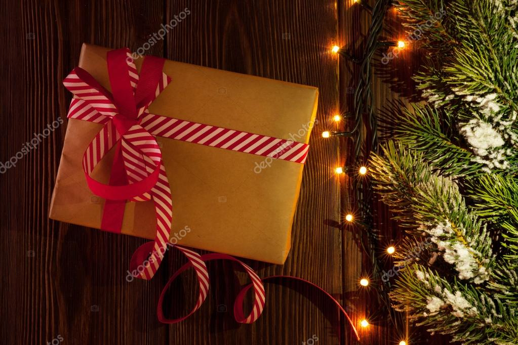 Weihnachtsgeschenk, Ast und Lichter — Stockfoto © karandaev #87219074
