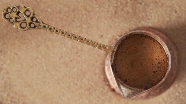 Výroba turecké kávy v mědi cezve v horkém písku