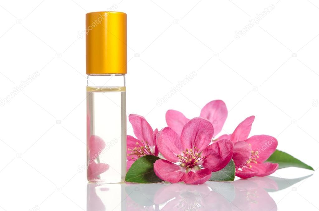 Gesichtscreme-Flasche mit Blumen, isoliert auf weiss — Stockfoto ...
