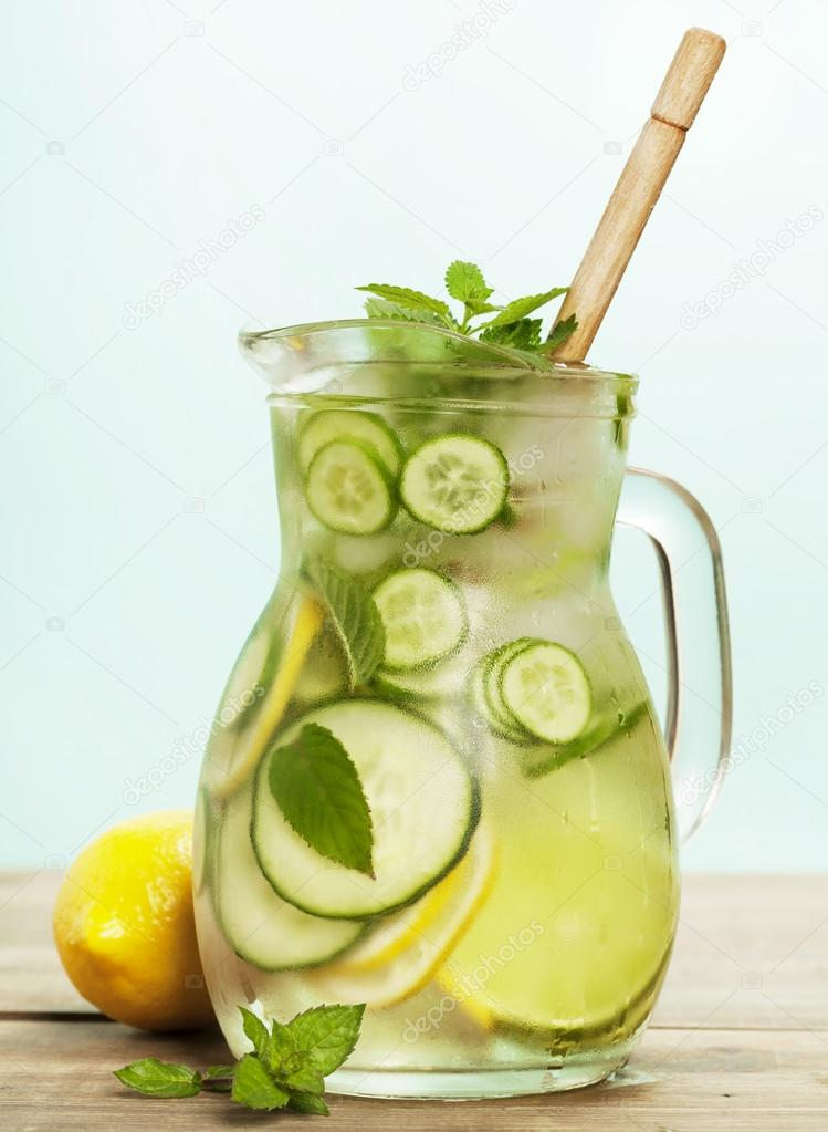 eau infus e avec concombre citron citron vert et menthe photographie klenova 122697630. Black Bedroom Furniture Sets. Home Design Ideas