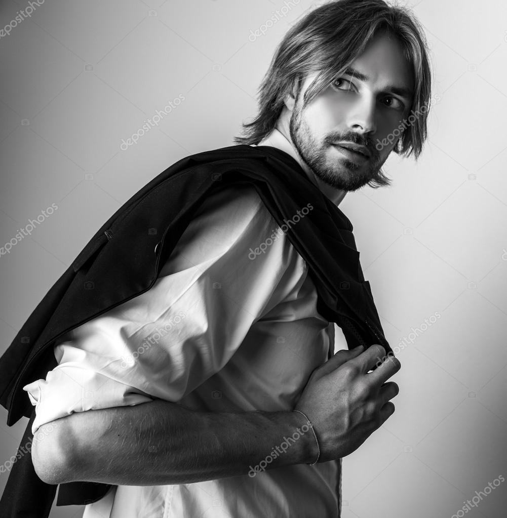 Elegante giovane capelli lunghi uomo bello che posa in ...