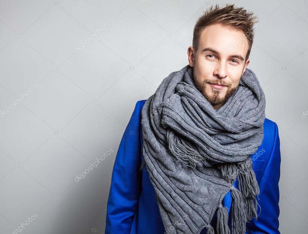Elegant   positif jeune bel homme en écharpe. Portrait de Studio mode —  Image de innervision 59ff0914203