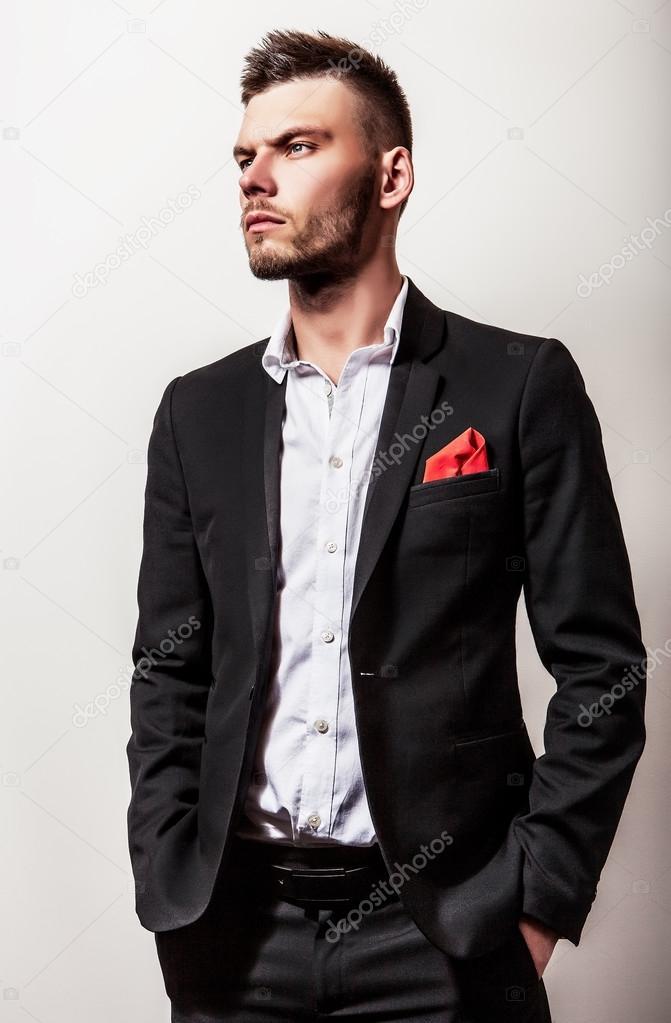 a69e4b9266 Uomo serio bello giovane elegante in costume nero. Ritratto dello ...