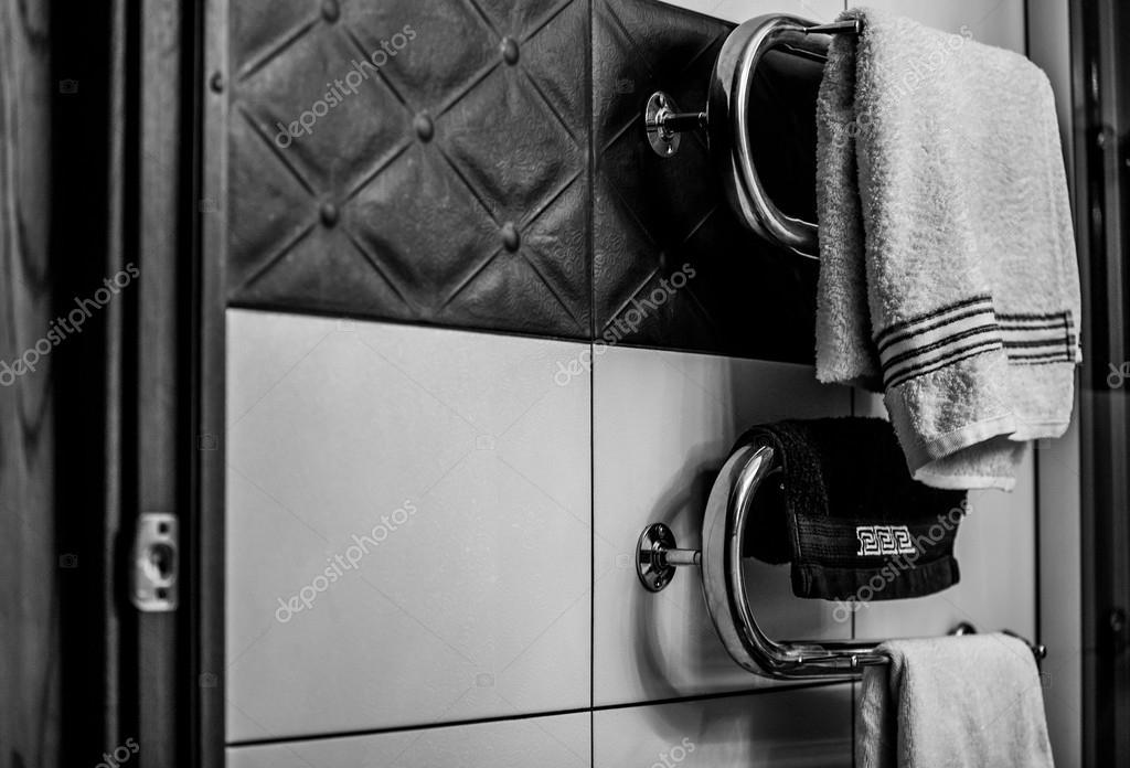 badkamer handdoekhouder met handdoeken witte en zwarte foto foto van innervision