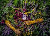 Mese lány portréja természetes növények és virágok veszik körül. A Stilizálás világos fantasy Art-kép.