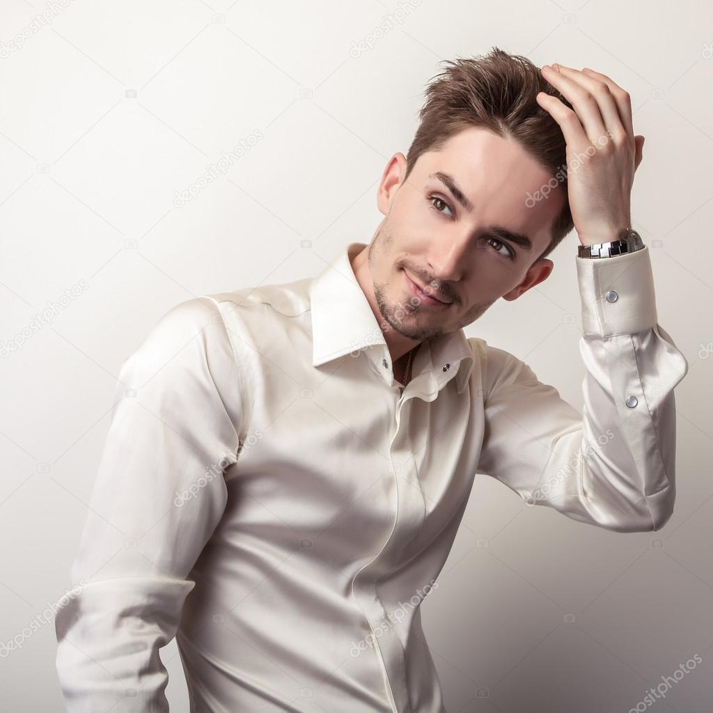 Elegant ung vacker man i vit sidenskjorta. Studio mode porträtt — Foto av  innervision fbcb3572cca95