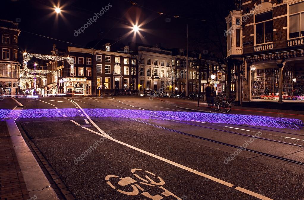 Licht Tour Amsterdam : Das licht von fahrrad rad auf der straße in der nacht amsterdam