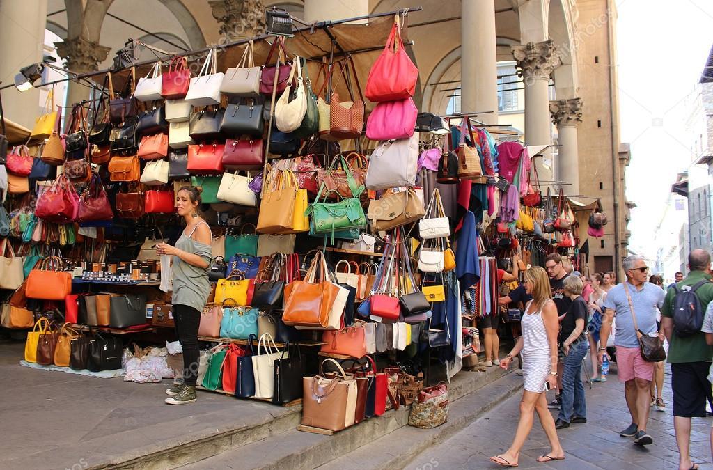 Mercato di Firenze vendita pelletteria — Foto Editoriale Stock ... 94b564f5a4b