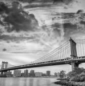 Fotografie Manhattan Bridge při západu slunce v New York City, Usa