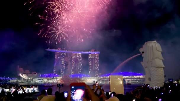 SINGAPORE - JANUÁR 1, 2020: Csodálatos tűzijáték szilveszterkor Marina Bay