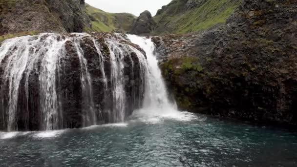 Stjornarfoss Vodopády v letní sezóně. Island přírodní krajina.