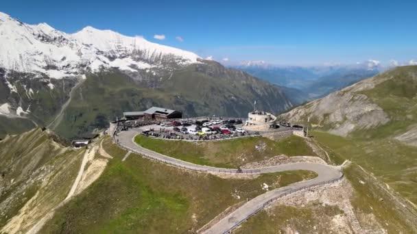 Großglockner von Drohne in der Sommersaison. Luftaufnahme der Edelweiss Spitze und der umliegenden Gipfel mit Neuschnee