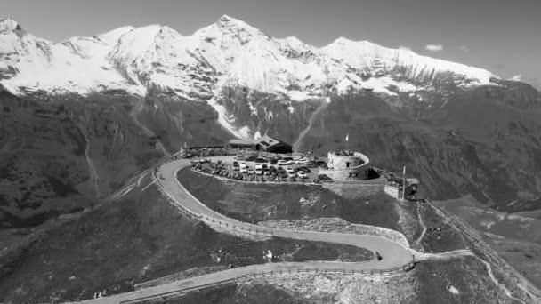 Großglockner von Drohne in der Sommersaison. Luftaufnahme der Edelweiss Spitze und der umliegenden Gipfel mit Neuschnee in schwarz-weiß
