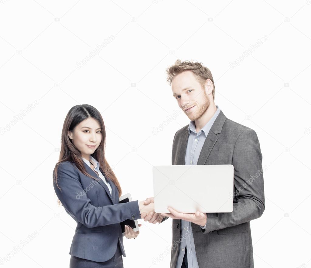 Inter Rasse Geschäftsvereinbarung. Mann und Frau, die Hände ...