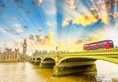 Fotografie Big Ben a červeným dvoupodlažním