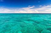 křišťálově čisté moře tropický ostrov