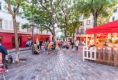 Párizs - kb. június, 2014: A turistákat gyönyörű utcáin Montm