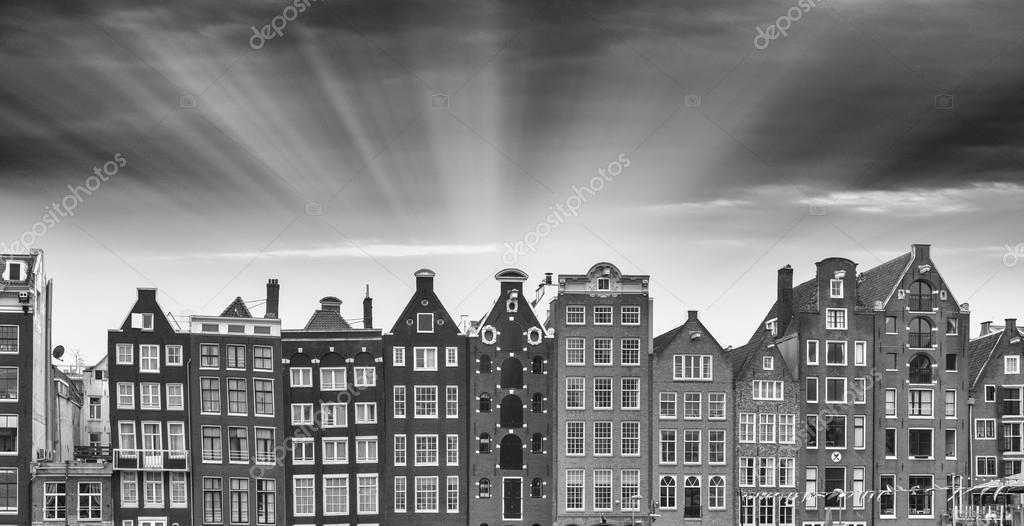 Favoriete Zwart-wit weergave van Amsterdam klassieke gebouwen — Stockfoto &QX44