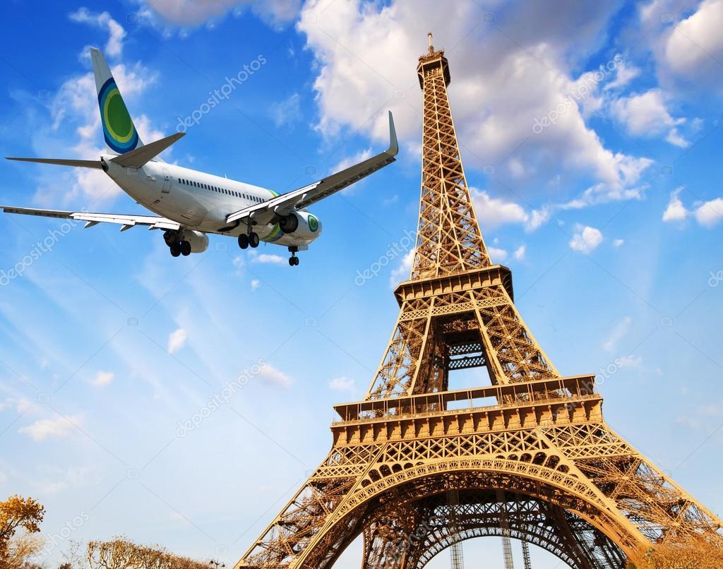 Luxury Airplane Over Eiffel Tower : Avión sobre parís francia t — fotos de stock jovannig
